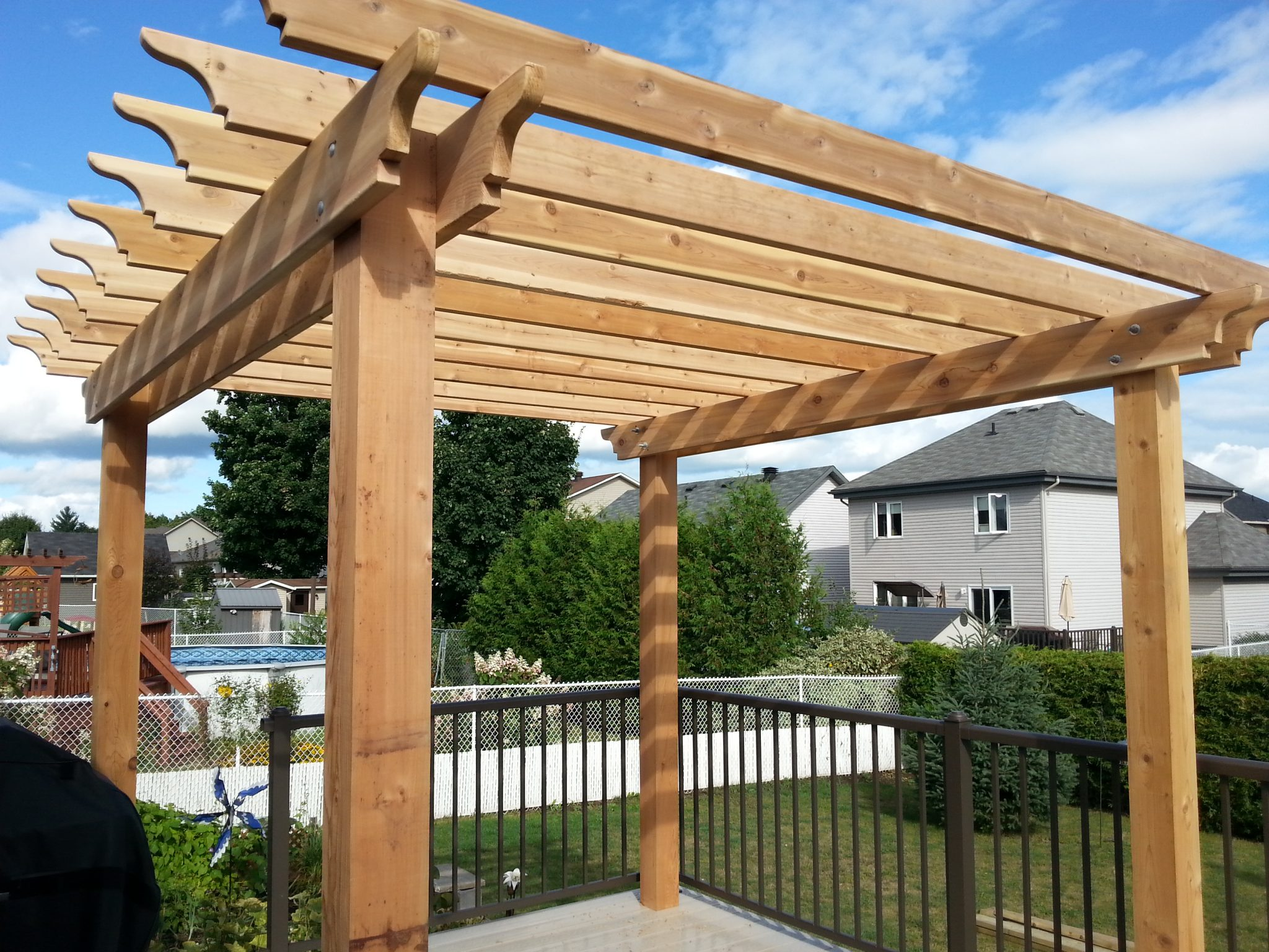 Apartment patio shade genius ways to turn your tiny outdoor space into a relaxing nook how to - Deco pergola ...